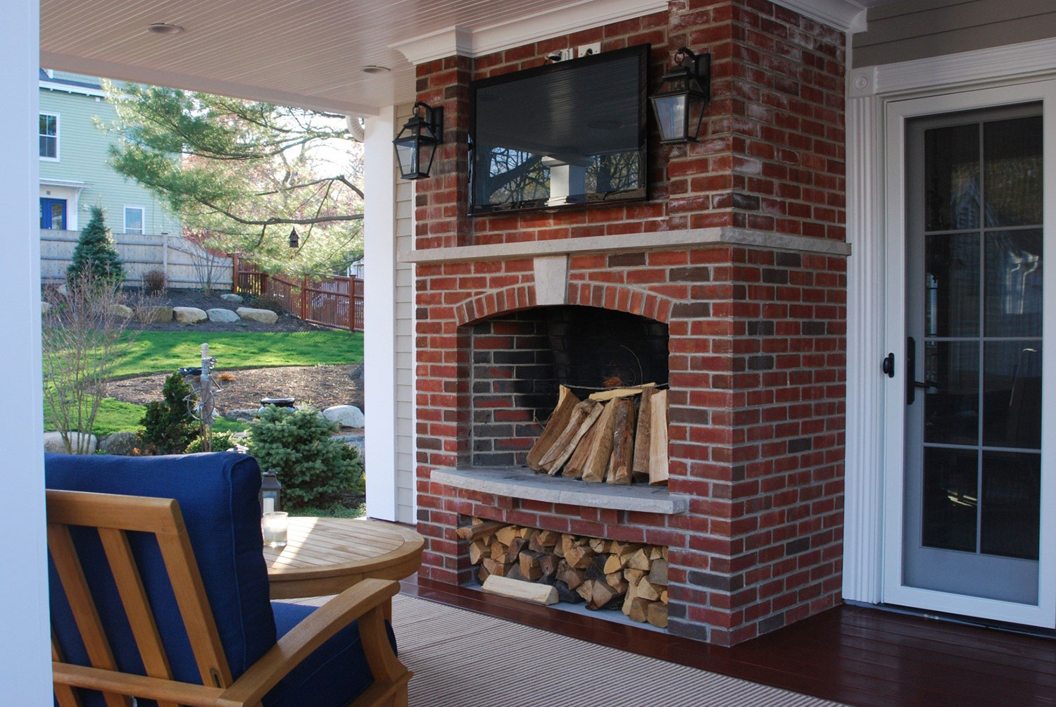 04-outdoor-seating-fireplace